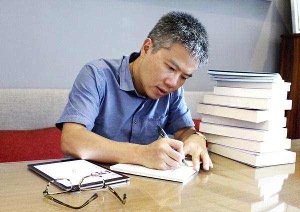 GS Ngo Bao Chau,  Doc sach anh 3