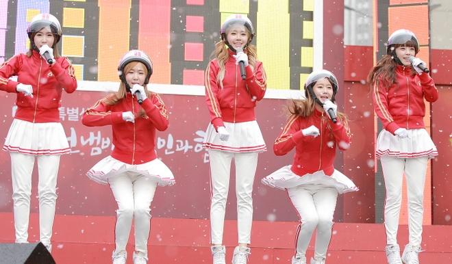 Nhung than tuong Kpop bi fan doi xu bat cong hinh anh 8 Vũ đạo bơm xe là vũ đạo được bắt chước nhiều nhất ở Hàn năm 2013. Ảnh: blogspot