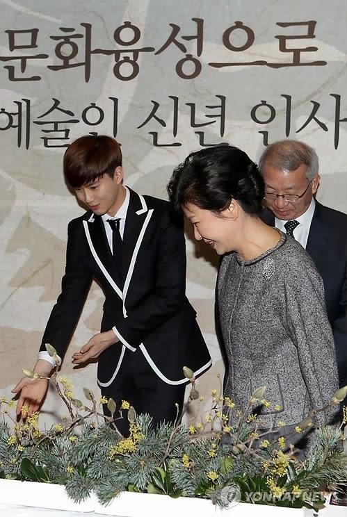 Nhung than tuong Kpop bi fan doi xu bat cong hinh anh 6 Cư dân mạng phẫn nộ vì cho rằng thần tượng bất tài như Suho không đáng xuất hiện bên cạnh tổng thống Hàn Quốc. Ảnh: nate