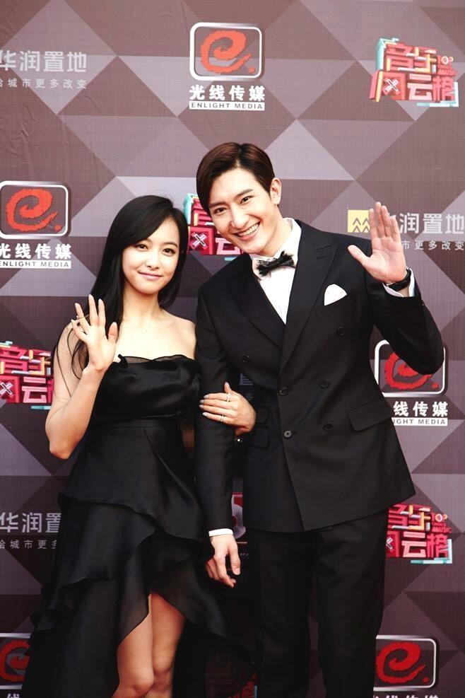 Suju-M va f(x) nhan giai lon tai Trung Quoc hinh anh 2 Cả hai vui vẻ vẫy chào fan.