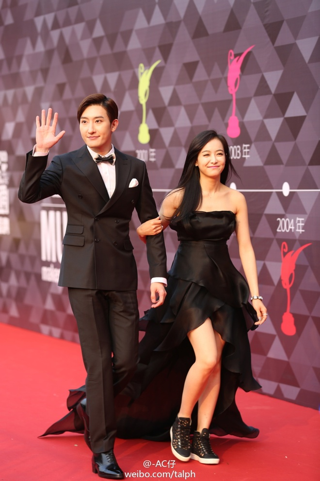 Suju-M va f(x) nhan giai lon tai Trung Quoc hinh anh 1 Victoria và Zhoumi khoác tay nhau trên thảm đỏ.