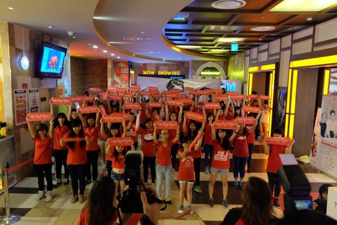Fan Viet khong duoc di giay cao got xem concert JYJ hinh anh 3 Fan Việt hào hứng bày tỏ tình cảm với thần tượng xứ kim chi. Ảnh: facebook