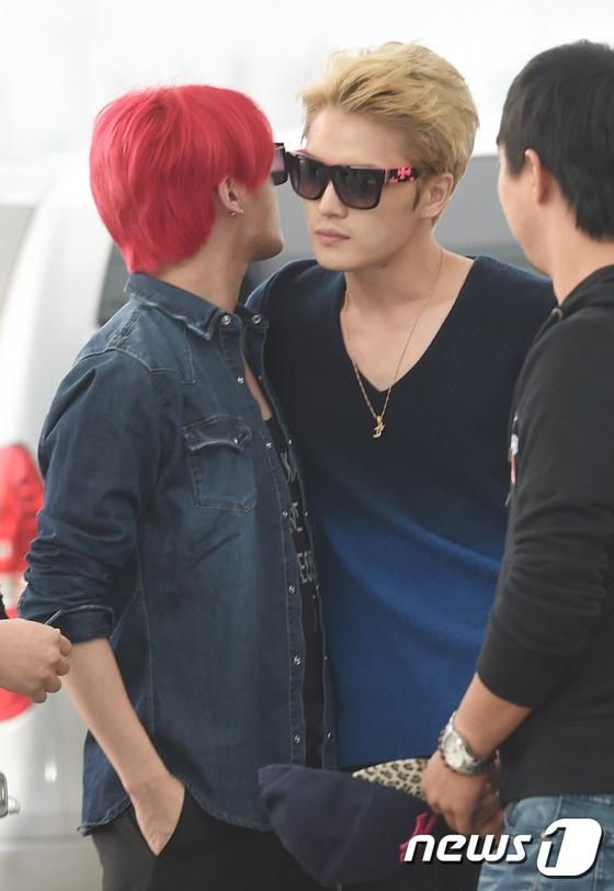 Nhom JYJ noi bat o san bay Han sang Viet Nam hinh anh 3 Junsu thân mật thì thầm cùng Jaejoong. Hai anh chàng sở hữu màu tóc rất bắt mắt.