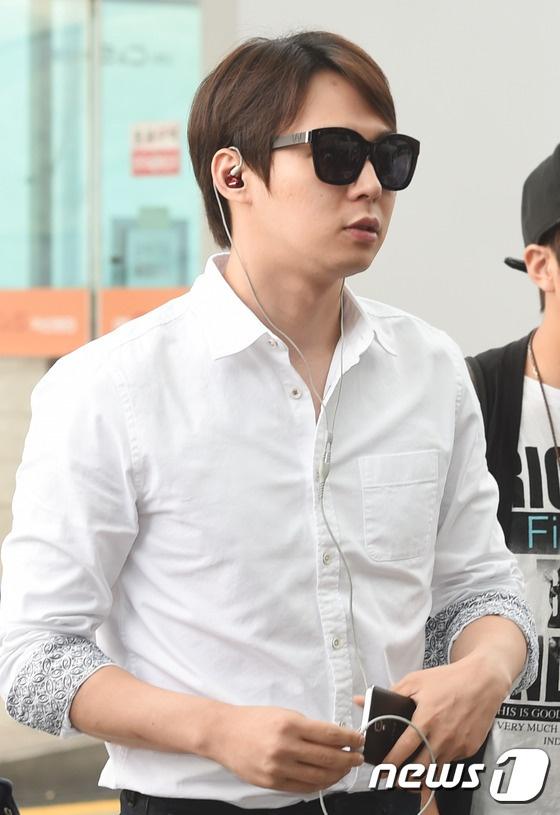 Nhom JYJ noi bat o san bay Han sang Viet Nam hinh anh 7 Trong 3 người, Yoochun chọn phong cách thời trang gọn gàng nhất.