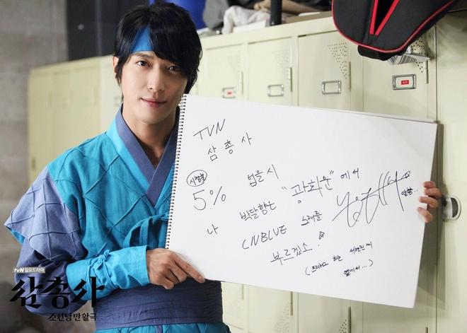 Soi lich nghi Tet Trung thu cua sao Han hinh anh 8 Yonghwa (CNBLUE) cũng ở trên trường quay của phim The Three Musketeers.
