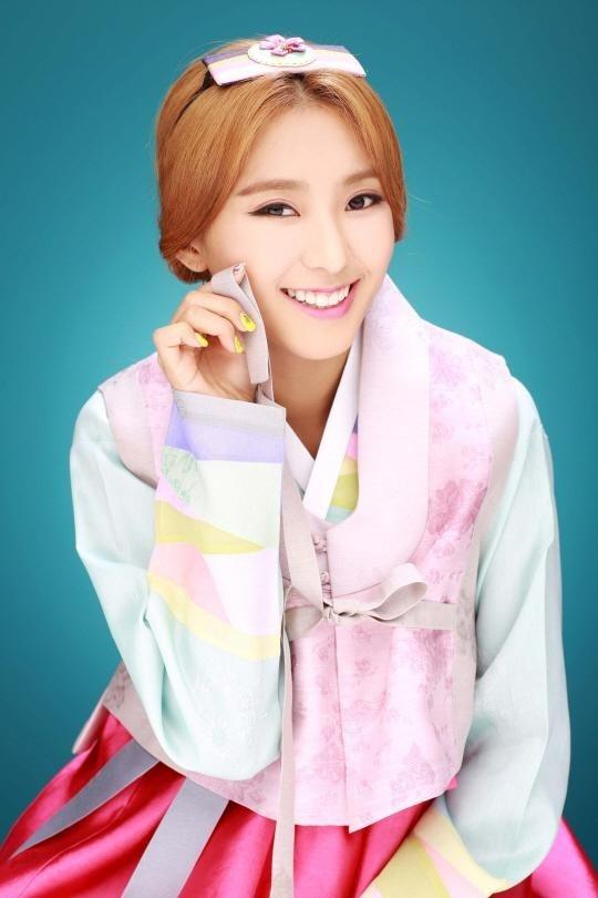 Soi lich nghi Tet Trung thu cua sao Han hinh anh 11 Các cô gái SISTAR khoe ảnh diện hanbok mới nhất. Nhóm có lịch trình quay chương trình cho lễ Chuseok hôm 7/9.