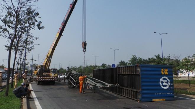 Thung hang container bat ngo lat giua dai lo hinh anh
