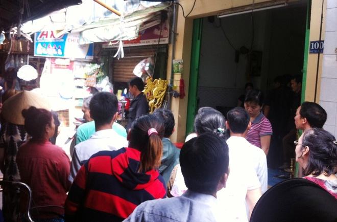 Rất đông tiểu thương chợ Nhật tảo đến nhà bà Hòa theo dõi đám tang và bàn tán về vụ án mạng nghiêm trọng này.