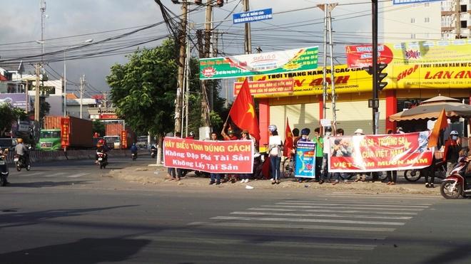 Nhóm anh Phong đứng giữa trời nắng kêu gọi công nhân bình tĩnh để không bị kẻ xấu lợi dụng.