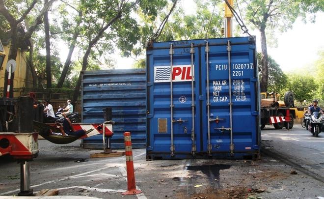 Hai thung container lat giua duong Sai Gon hinh anh 1 Hai container rơi trên đường Tôn Đức Thắng đang chờ xe đầu kéo đến di dời.