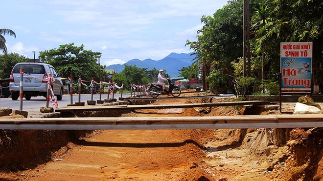Nhà nhà bắc cầu (đoạn qua xã Lộc Bổn, huyện Phú Lộc, Thừa Thiên - Huế)
