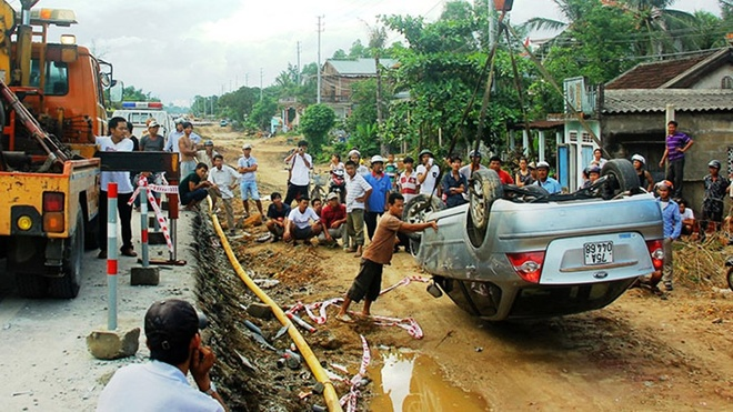 """Tai nạn xảy ra khi ôtô bị lật bởi """"sụp bẫy"""" vào ngày 29/7 tại đoạn quốc lộ 1 qua xã Thủy Phù, thị xã Hương Thủy (Thừa Thiên - Huế)"""