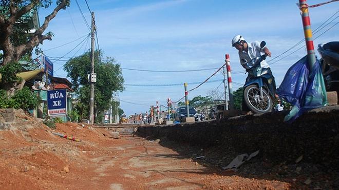 """Một khách hàng đến giao dịch tại Công ty Thiết bị điện Quảng Trị (xã Cam An, huyện Cam Lộ, Quảng Trị) không tìm được lối vào, vì trước mặt công ty này bị một """"giao thông hào"""" rộng hơn 2m ngăn với quốc lộ 1"""
