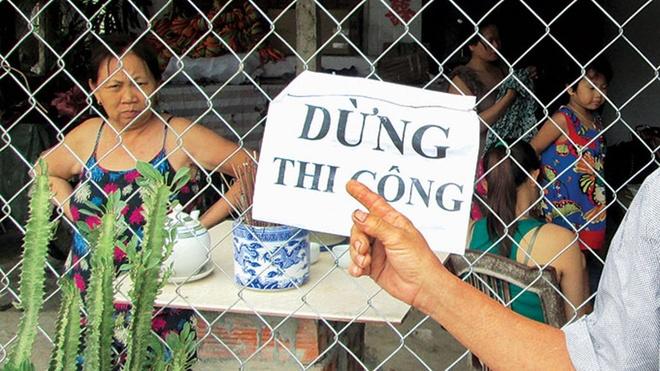 """Một người dân xã Ba Đồn, Quảng Bình: """"Tui và bà con phải treo bảng này để kêu cứu vì họ thi công làm rung nhà, nứt nẻ hết"""""""