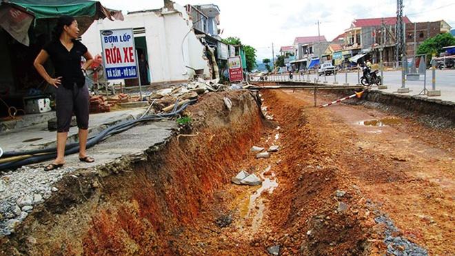 Bà Đào Thị Nghĩa (thị trấn Quán Hàu, huyện Quảng Ninh, Quảng Bình) cho biết từ khi đơn vị thi công đào mương này thì không còn khách vào bơm lốp rửa xe nữa. Gia đình họ sẽ sống bằng gì đây?
