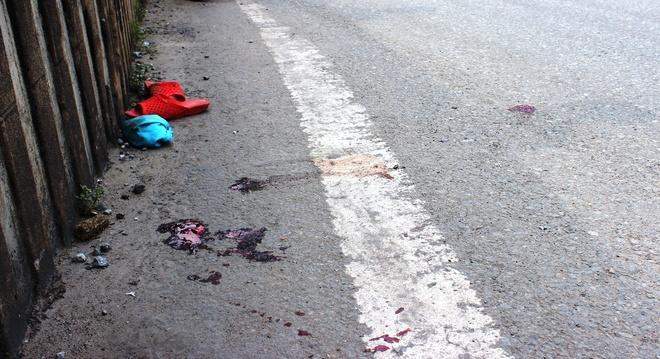 Nguoi ban ve so bi xe dau keo can chet, de lai hai con nho hinh anh 2 Nơi bà Dung bị xe cán trọng thương và tử vong trong bệnh viện.