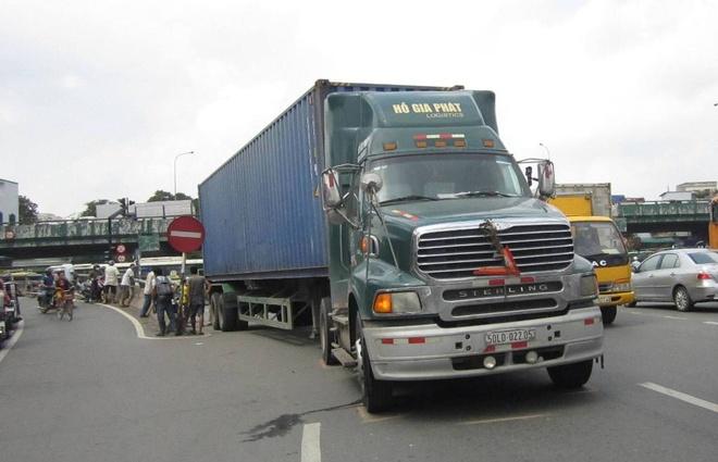 Nguoi ban ve so bi xe dau keo can chet, de lai hai con nho hinh anh 1 Chiếc xe đầu kéo trong vụ tai nạn.