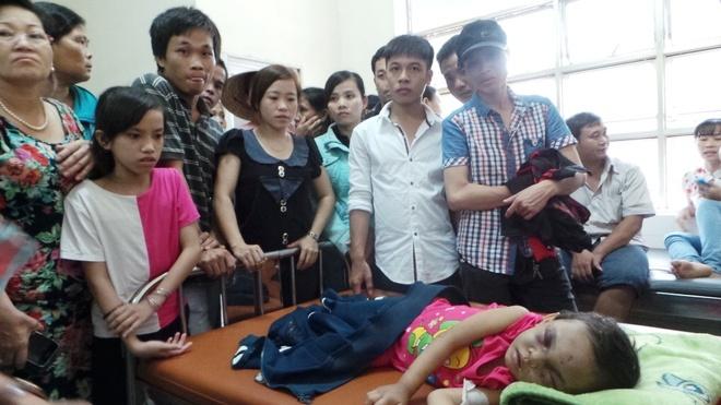 Co gai 9X ke lai phut giai cuu be 4 tuoi hinh anh 3 Nhiều người dân xót xa khi đến thăm bé Ngân tại bệnh viện.