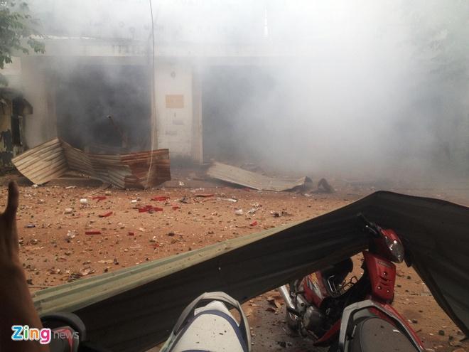Hình ảnh được ghi lại ngay sau khi vụ nổ vừa xảy ra, khói bụi còn bốc mù mịt. Ảnh: độc giả Nguyễn Thanh Hải, người dân ở đường TA19, cung cấp.