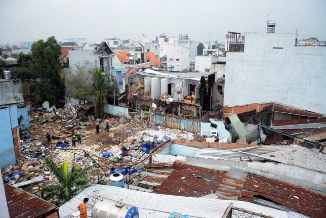 'Chua bao gio toi thay canh khung khiep nhu vay' hinh anh 2 Nhà xưởng công ty Đặng Huỳnh cùng bảy căn nhà khác sụp đổ hoàn toàn sau vụ nổ. Ảnh: Lê Quân - Trường Nguyên.
