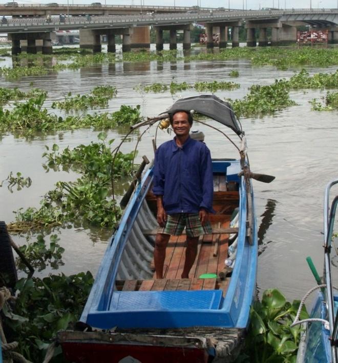 Khac tinh 'ha ba' cuu nguoi choi voi giua song Sai Gon hinh anh 2 Ông Ba Chúc cùng chiếc thuyền máy của mình đã từng cứu nhiều người trên sông Sài Gòn.