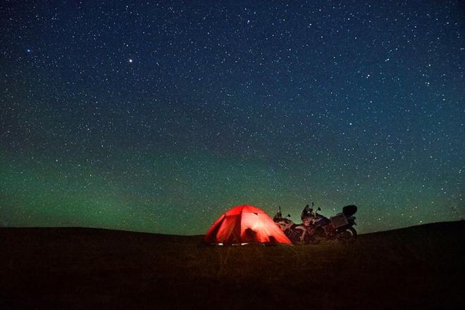Thú vị cảm giác ban đêm giữ bầu trời bao la ở Mông Cổ. Cả 2 đã mua hai xe máy và đi trên một chuyến đi dài từ Hà Lan tới Mông Cổ.