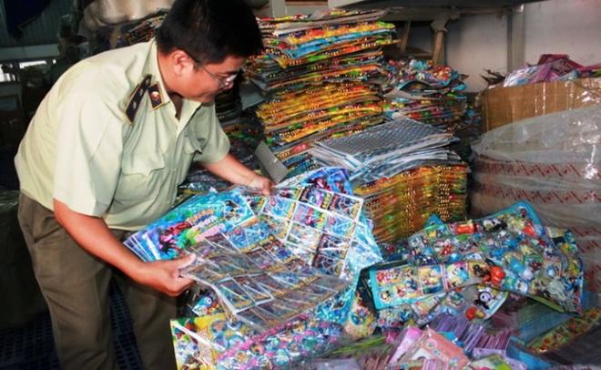 Quan ly thi truong keu... 'ngheo nhung bi mang tieng' hinh anh 1 Quản lý thị trường TP.HCM đang kiểm tra, thu giữ sản phẩm nhập lậu chứa chất gây hại xuất xứ từ Trung Quốc .