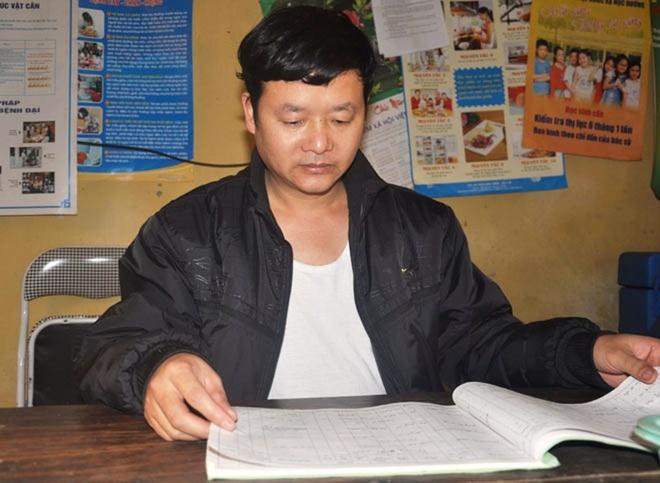 Ông Lò Quang Ánh trao đổi với phóng viên.