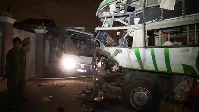 Giay phut 2 xe khach dau dau lam 10 nguoi tu vong hinh anh 1 Hiện trường vụ tai nạn tại huyện Hàm Thuận Nam khiến 10 người chết và 9 người khác bị thương.