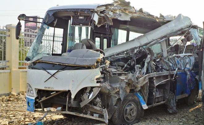 Giay phut 2 xe khach dau dau lam 10 nguoi tu vong hinh anh 3 Chiếc xe khách 29 chỗ bị hư hỏng nặng được kéo về trụ sở công an huyện.