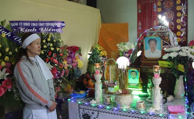 Cha con tu nan tren duong vao Sai Gon chua benh hinh anh 1 Chị Nguyệt bên di ảnh của chồng và con trai 2 tuổi tử vong trong vụ tai nạn nghiêm trọng.