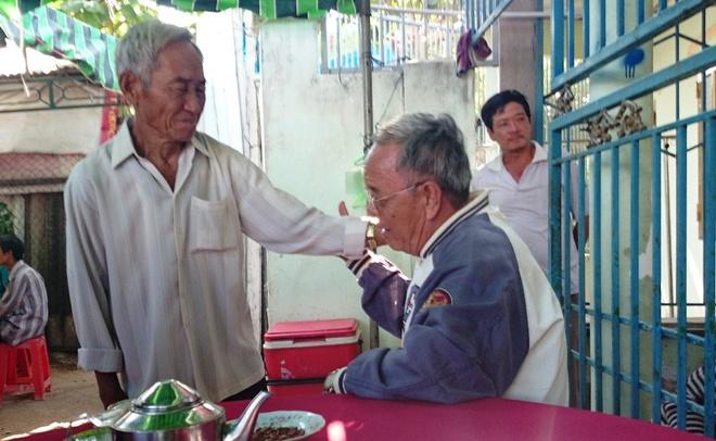 Cha con tu nan tren duong vao Sai Gon chua benh hinh anh 3 Người dân đến viếng lễ tang anh Mậu động viên cha ruột của anh (80 tuổi) ráng vượt qua đau buồn.