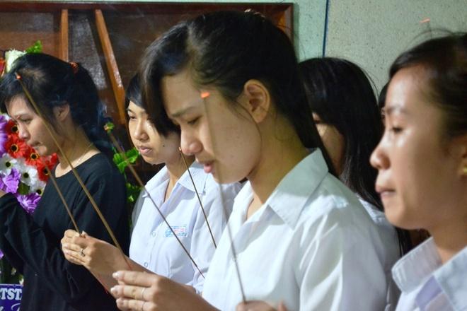 Nguoi vo mang thai thang thu 6 tu vong trong vu 2 xe doi dau hinh anh 3 Nhiều học sinh không cầm được nước mắt khi thắp hương tiễn thầy giáo Dũng.