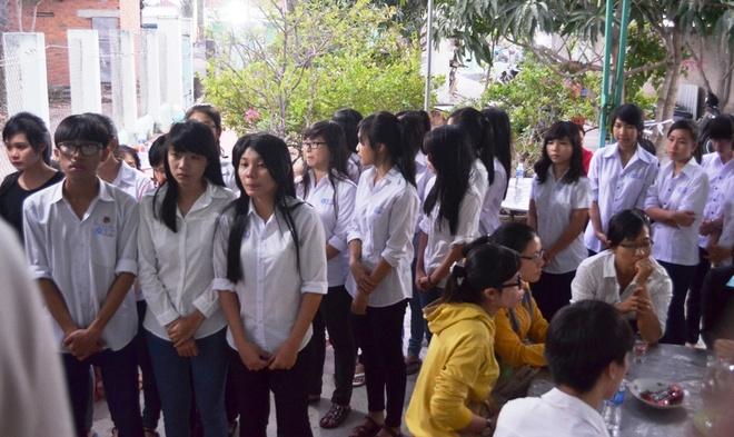 Nguoi vo mang thai thang thu 6 tu vong trong vu 2 xe doi dau hinh anh 2 Rất đông học sinh xếp hàng vào viếng người thầy giáo không may gặp nạn.