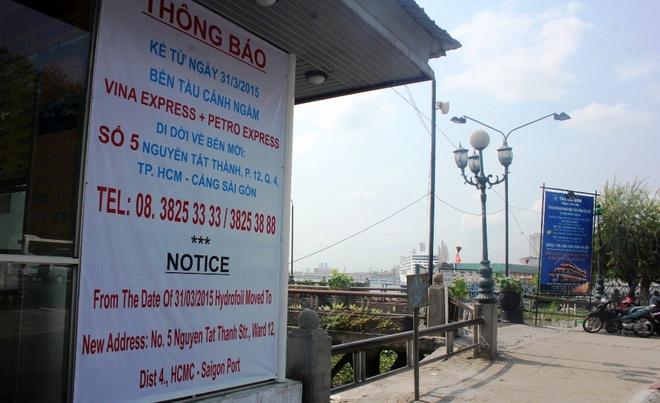 Ben tau canh ngam Bach Dang doi sang quan 4 hinh anh 2 Bảng thông báo di dời của các doanh nghiệp vận tải tàu cánh ngầm tại bến Bạch Đằng.
