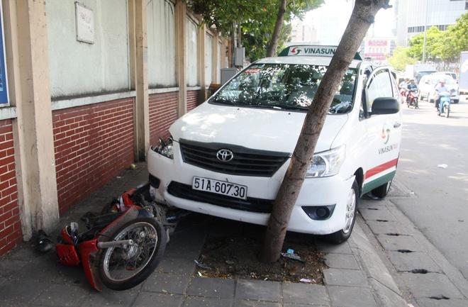 Taxi tong lien tiep 3 xe may o Sai Gon, tai xe tu vong hinh anh