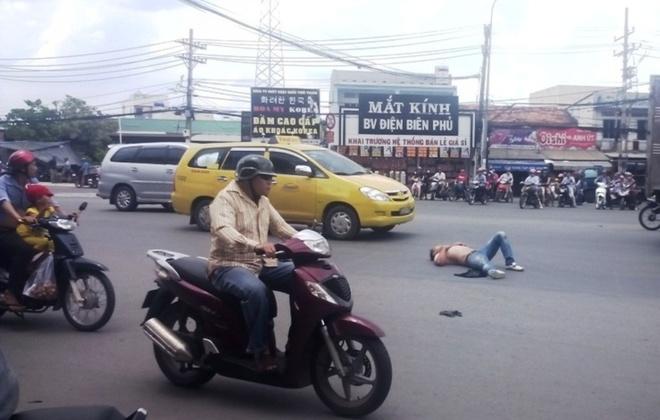 Thanh nien nuoc ngoai ngao da, doi giet tai xe taxi hinh anh 1 Người thanh niên nghi ngáo đá cở áo nằm giữa quốc lộ 1A.