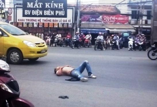 Thanh nien nuoc ngoai ngao da, doi giet tai xe taxi hinh anh
