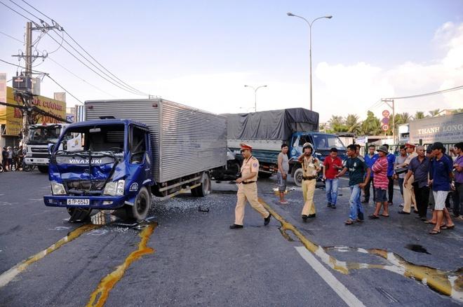 Lực lượng chức năng huyện Hóc Môn, TP HCM có mặt phong tỏa hiện trường, điều tra vụ tai nạn. Vụ việc xảy ra vào giờ cao điểm khiến giao thông trên quốc lọ 1A ùn tắc nghiêm trọng.