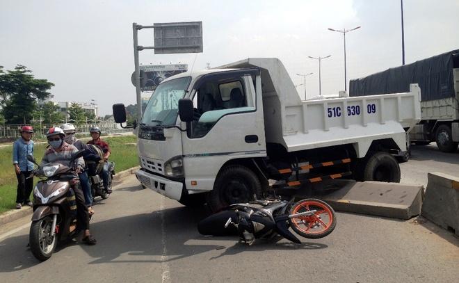 Mat thang tren xa lo Ha Noi, tai xe ho hoan dan bo chay hinh anh 1 Hiện trường vụ tai nạn trên xa lộ Hà Nội. Ảnh: Trường Nguyên.