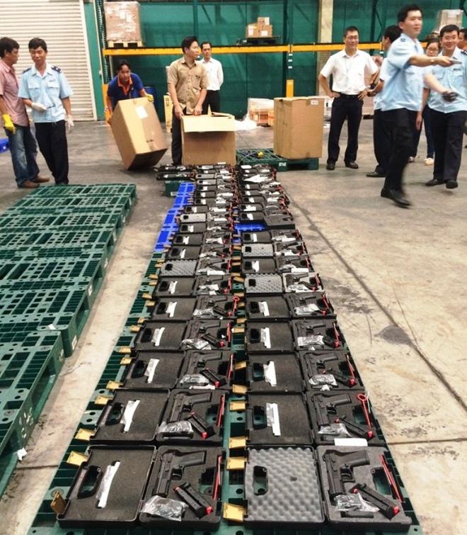 Số vũ khí bị Hải quan cửa khẩu quốc tế Tân Sơn Nhất bắt giữ chiều 31/7.
