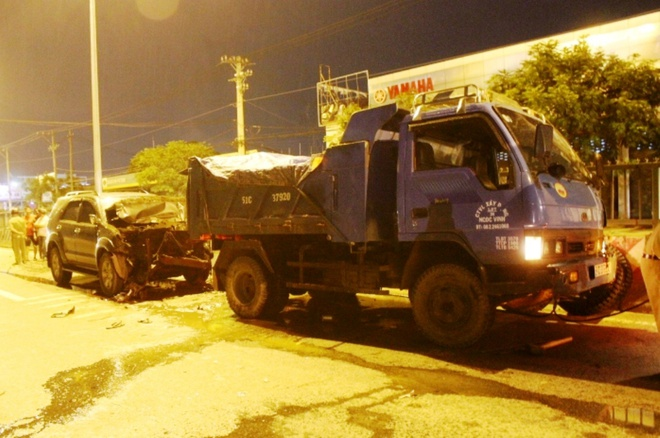 Hiện trường vụ tai nạn làm 3 người thương vong trên quốc lộ 1A đêm 1/8. Ảnh: M.K.