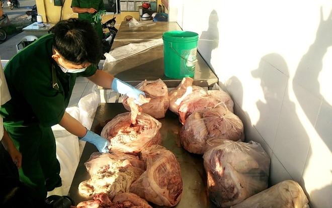 Số thịt heo bẩn được được chở trên ôtô 7 chỗ do tài xế Hiền điều khiển.