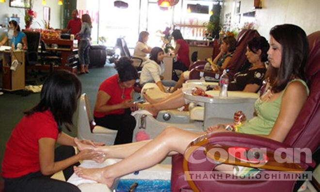 Loi ke cua cac tho nail tren dat My khi ve tham que huong hinh anh 2 Các thợ nail đang tập trung cao độ khi vẽ móng.