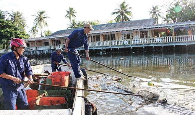 Rac bua vay Phu Quoc hinh anh 2 Dù có đội thu gom rác hằng ngày, nhưng sông Dương Đông vẫn bị ô nhiễm nghiêm trọng.