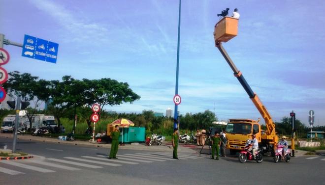 Nhung tuyen duong o TP HCM bi cam de phuc vu le 2/9 hinh anh 1 Lực lượng chức năng phong tỏa làn đường xe máy trên đại lộ Mai Chí Thọ phục vụ giải đua xe đạp.