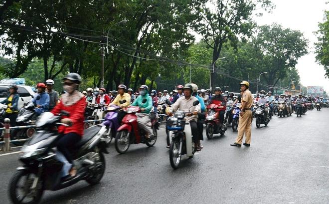 Do ùn tắc nghiêm trọng, hàng trăm người bất chấp nguy hiểm, chạy ngược chiều trên đường Hoàng Minh Giám.
