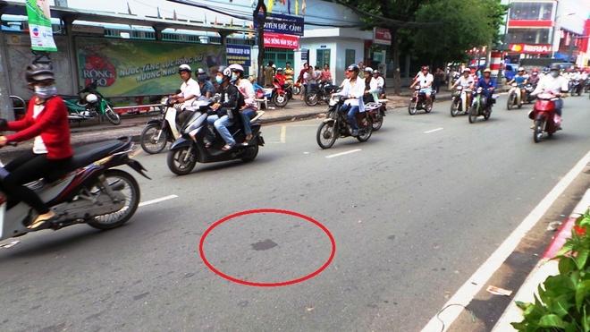 Mot nguoi bi xe Phuong Trang hat tu cau vuot xuong duong hinh anh 2 Khu vực cô gái bị ôtô tông văng từ cầu vượt xuống đường.