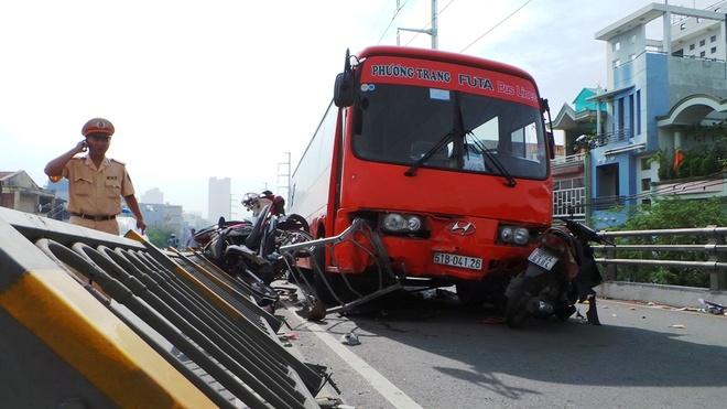 Cha me chua biet con gai bi xe Phuong Trang tong da tu vong hinh anh 1 Hiện trường vụ tai nạn do xe trung chuyển Phương Trang gây ra trên cầu vượt vòng xoay Cây Gõ.