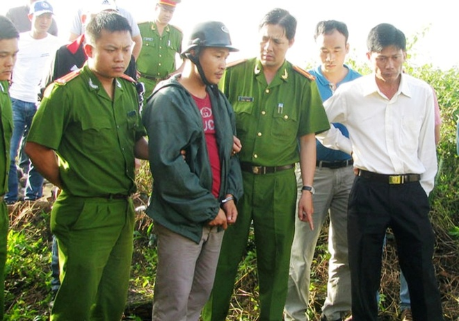 Công an dẫn giải Kiều Quốc Huy về nhà vợ chồng nạn nhân Bình - Hạnh để khai quật thi thể.
